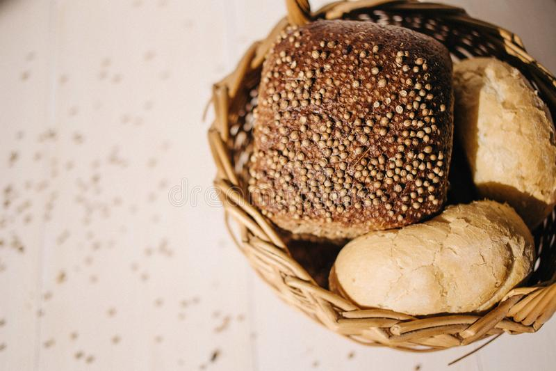 Asortyment piec chleb na białym drewnianym stołowym tle, ciężki światło fotografia stock