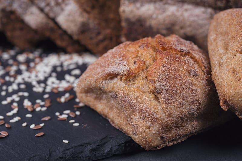 Asortyment piec chleb na ciemnym tle zdjęcie royalty free