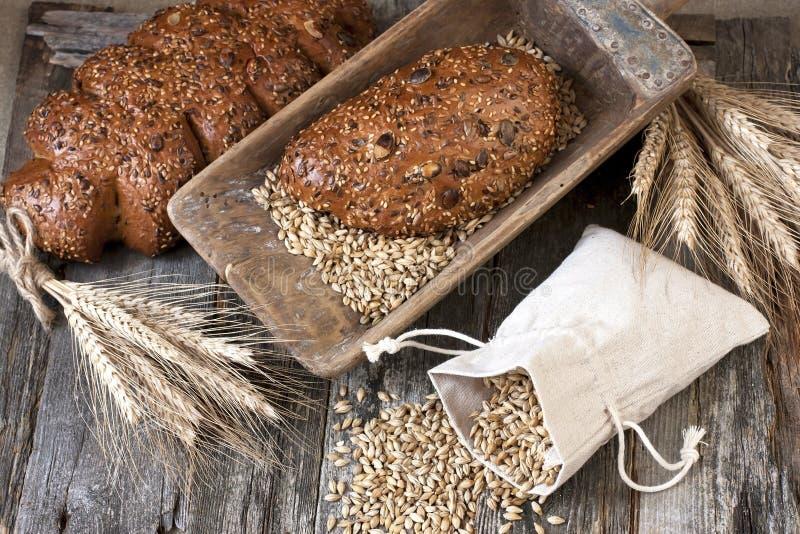 Download Asortyment Piec Chleb Na Drewnianej Desce Zdjęcie Stock - Obraz złożonej z piec, natura: 53775496