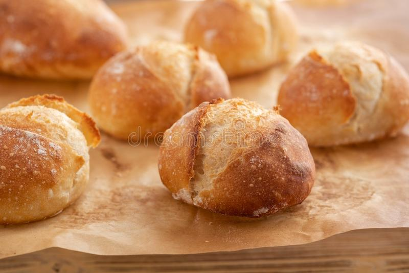 Asortyment piec chleb na drewnianym stołowym tle kosmos kopii obrazy stock