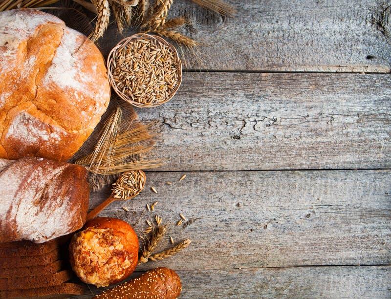 Asortyment piec chleb na starym drewnianym stołowym tle zdjęcie stock