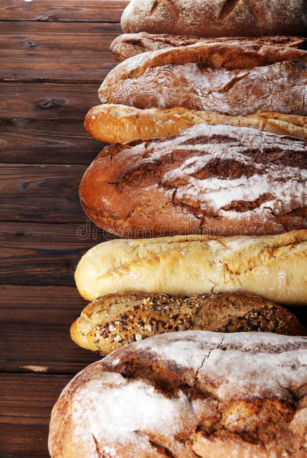 Asortyment piec chlebowe i chlebowe rolki na drewnianym stołowym tle obraz royalty free