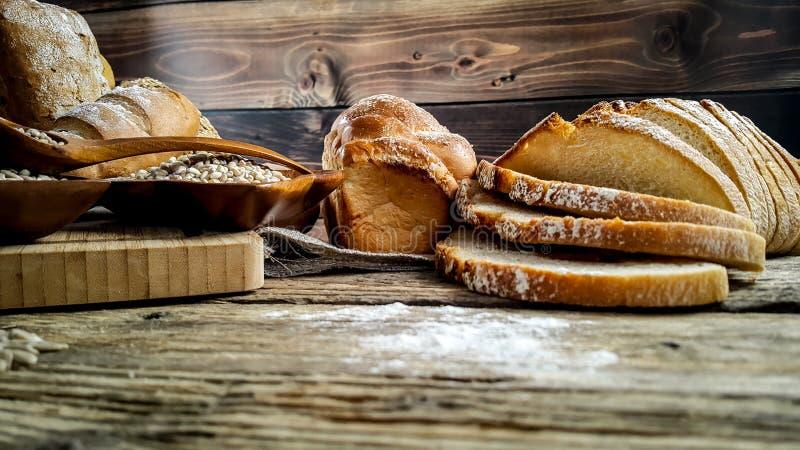 Asortyment piec chlebowe i chlebowe rolki na drewnianym sto?owym tle fotografia stock