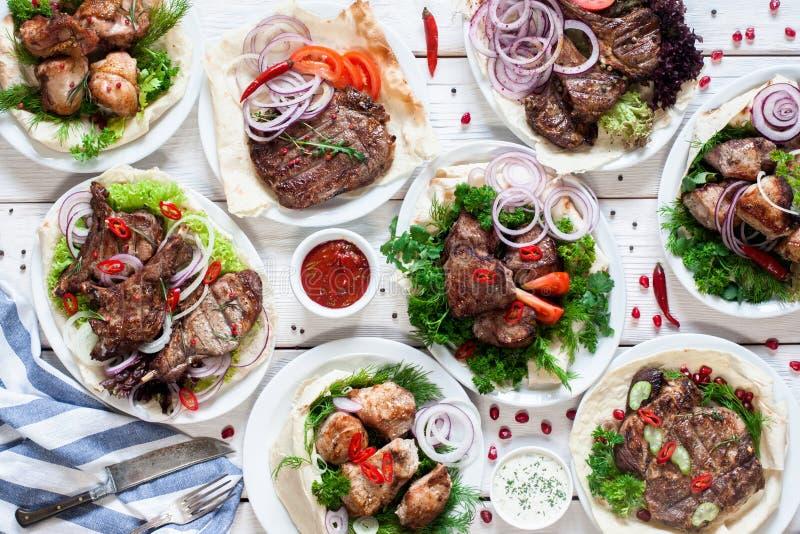 Asortyment piec na grillu mięsnych posiłków mieszkanie nieatutowy zdjęcia royalty free