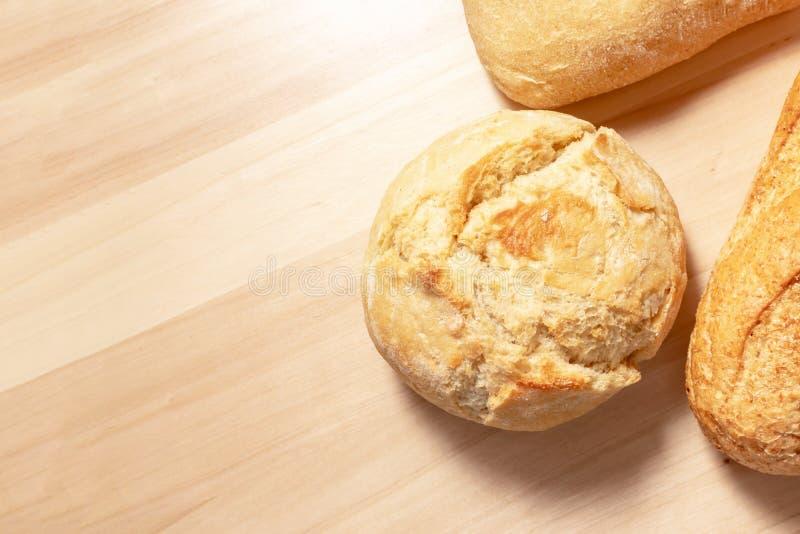 Asortyment, różna banatka piec chleb z złotą skorupą na drewnianym stołowym tle z kopii przestrzenią typ fotografia stock