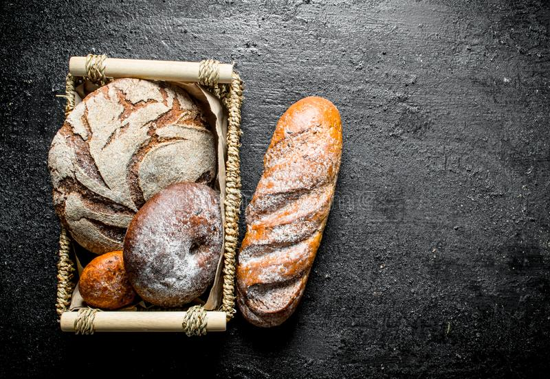 Asortyment różni typy chleb w koszu obrazy stock