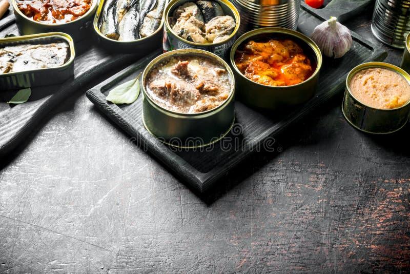 Asortyment różnorodny konserwować jedzenie w otwartych puszkach obraz royalty free
