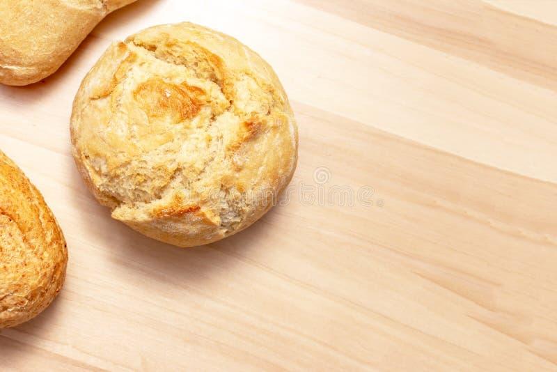 Asortyment, r??na banatka piec chleb z z?ot? skorup? na drewnianym sto?owym tle z kopii przestrzeni? typ obraz stock