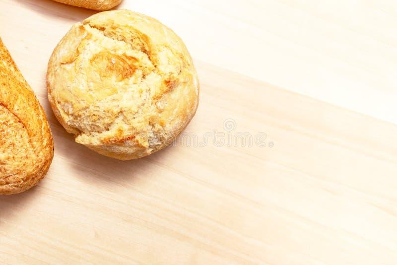 Asortyment, r??na banatka piec chleb z z?ot? skorup? na drewnianym sto?owym tle z kopii przestrzeni? typ zdjęcie stock