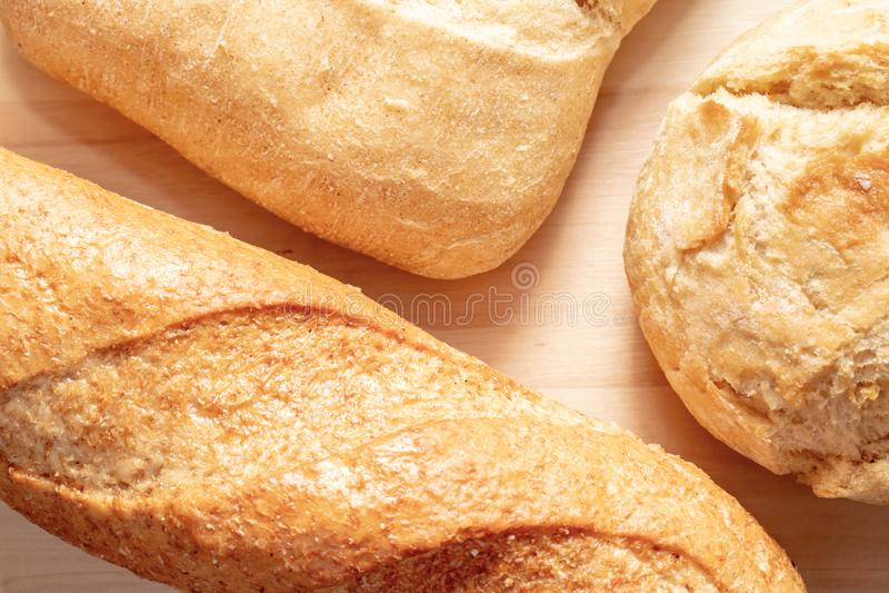 Asortyment, r??na banatka typ piec chleb z z?ot? skorup? na stole fotografia stock