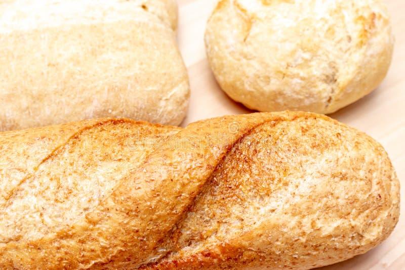 Asortyment, r??na banatka typ piec chleb z z?ot? skorup? na stole obraz stock