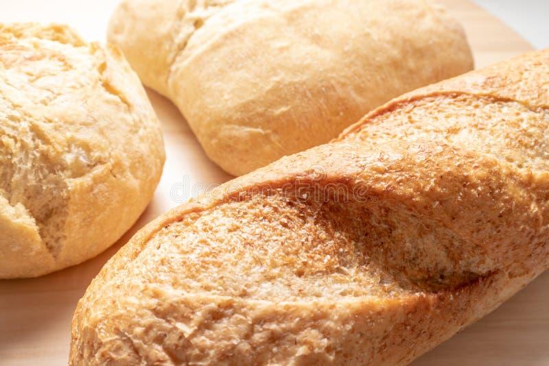 Asortyment, r??na banatka typ piec chleb z z?ot? skorup? na stole zdjęcia royalty free