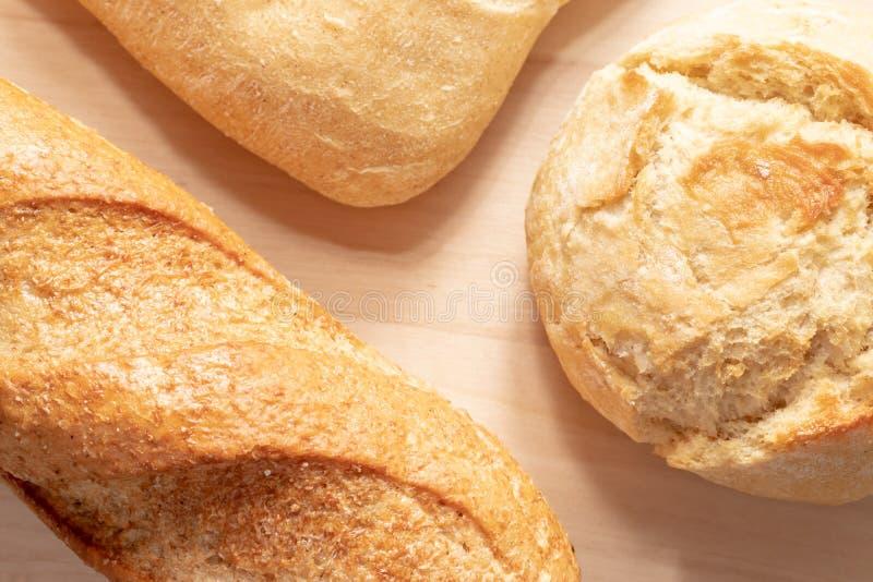 Asortyment, r??na banatka typ piec chleb z z?ot? skorup? na stole zdjęcie royalty free