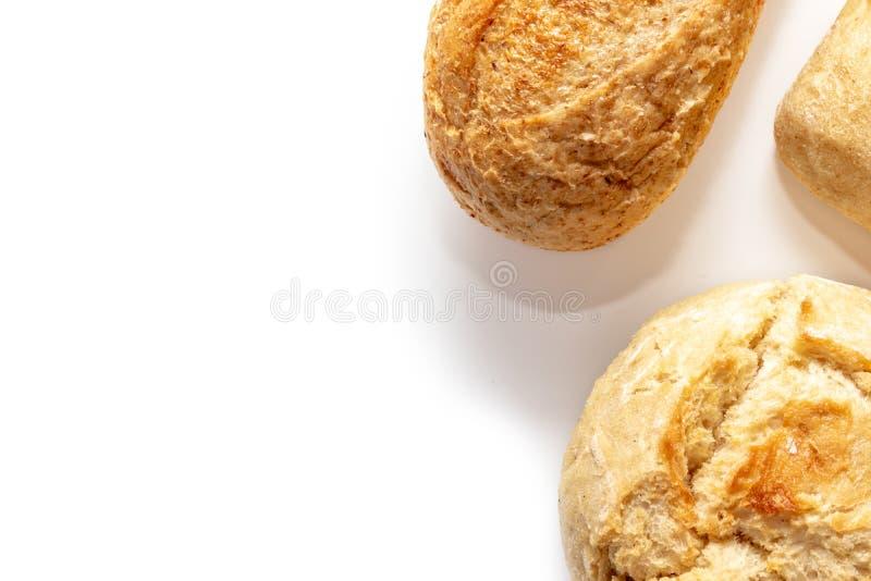 Asortyment, r??ni rodzaje banatka piec chleb z z?ot? skorup? na bia?ym tle z kopii przestrzeni?, piekarnia i sklepu spo?ywczego p zdjęcia stock