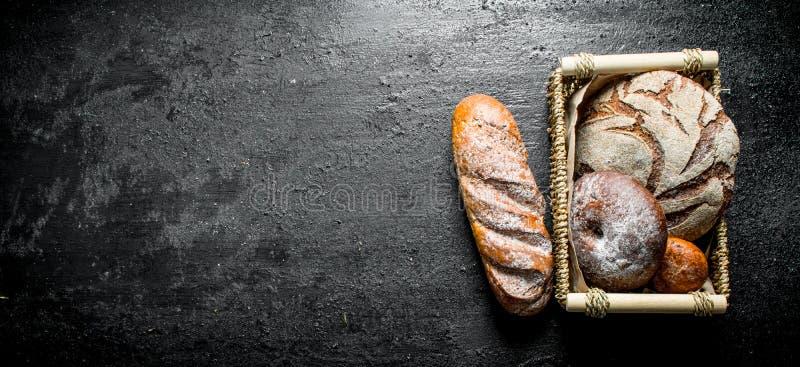 Asortyment r??ni typy chleb w koszu zdjęcia royalty free