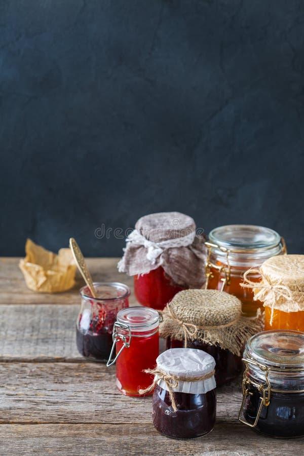 Asortyment sezonowe jagody i owoc przyskrzynia w słojach zdjęcia royalty free