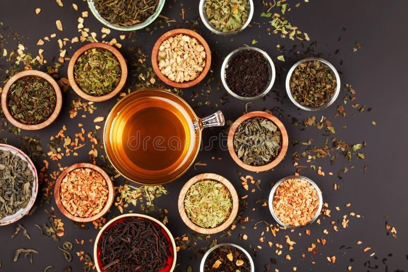 Asortyment sucha herbata w małych pucharach zdjęcia royalty free