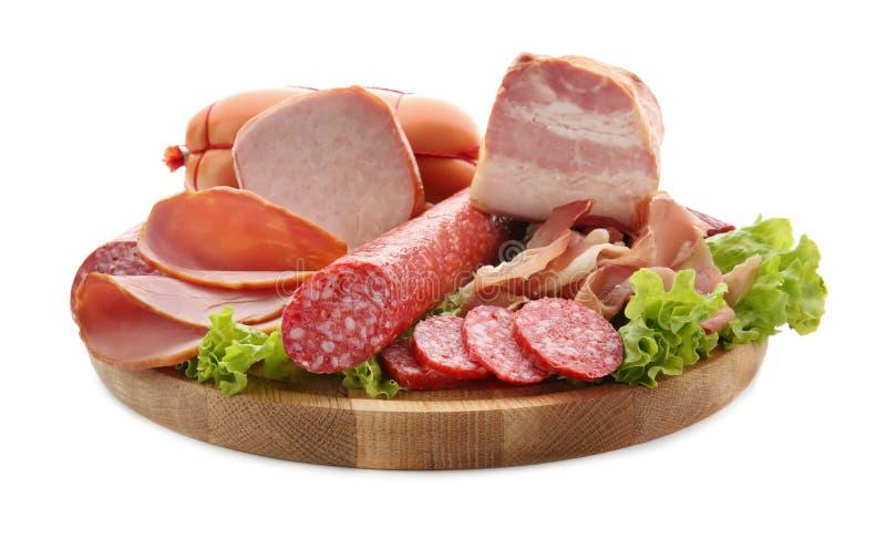 Asortyment wyśmienicie delikatesów mięsa na drewnianej desce, odosobniony na bielu fotografia royalty free