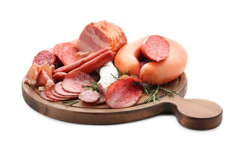 Asortyment wyśmienicie delikatesów mięsa na drewnianej desce, odosobniony na bielu zdjęcia royalty free