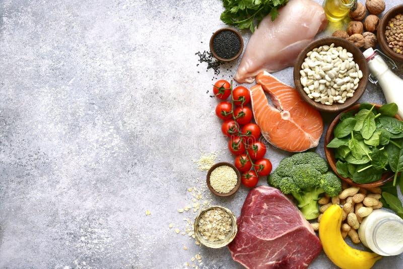 Asortyment zdrowi proteinowi źródła i ciało budynku jedzenie: mięso, ryba, owoc, warzywa, legumes, dokrętki, zboża i nabiał, obrazy stock