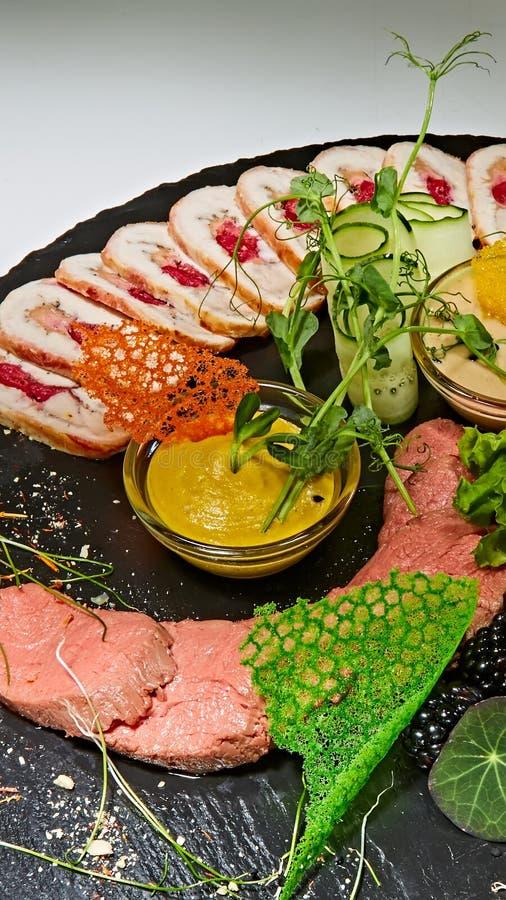 Asortyment zimni mięsa, rozmaitość przetwarzający zimnego mięsa produkty obraz stock