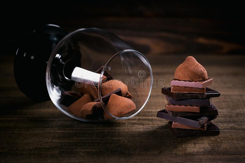 Asortyment zmrok i dojnej czekolady sterta, trufle obraz stock