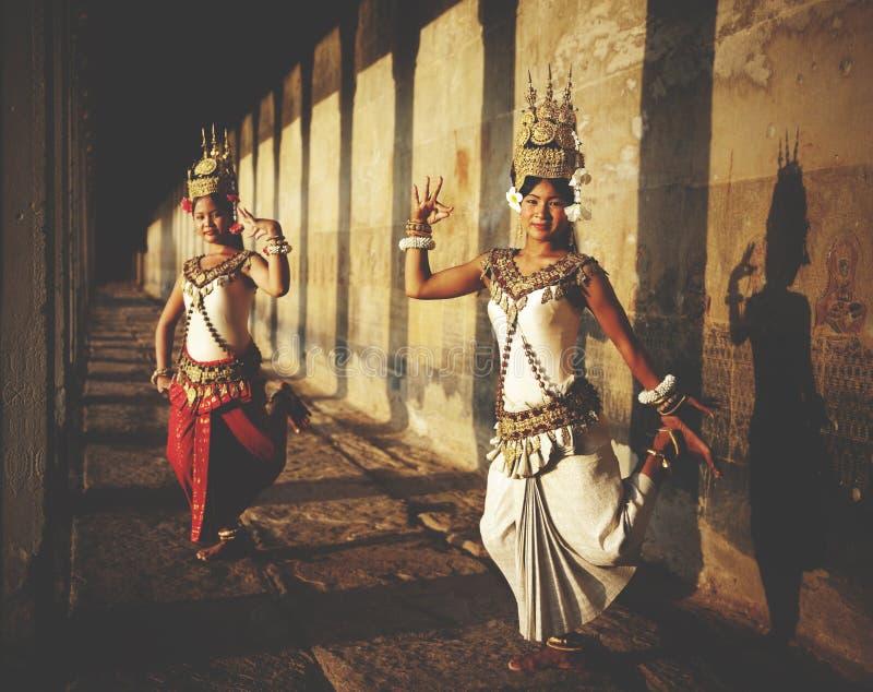Aspara tancerze przy Angkor Wat Tradycyjnym pojęciem fotografia royalty free