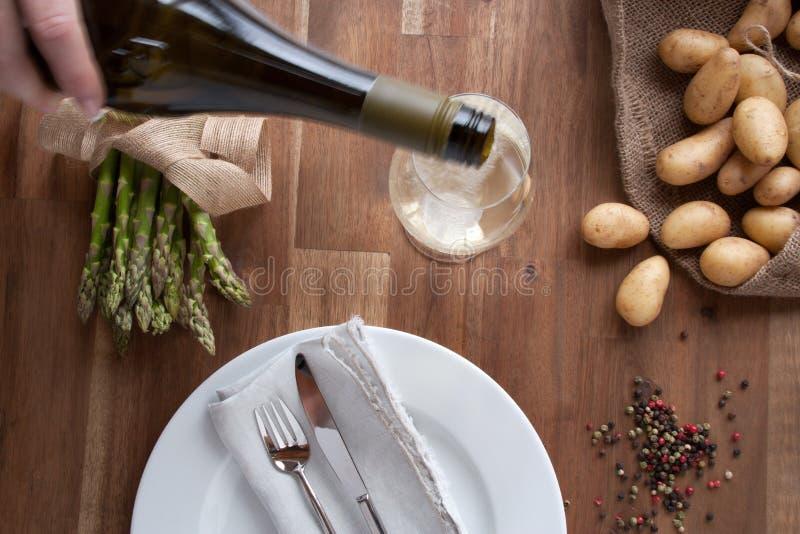 Asparago con le patate ed il vino fotografie stock