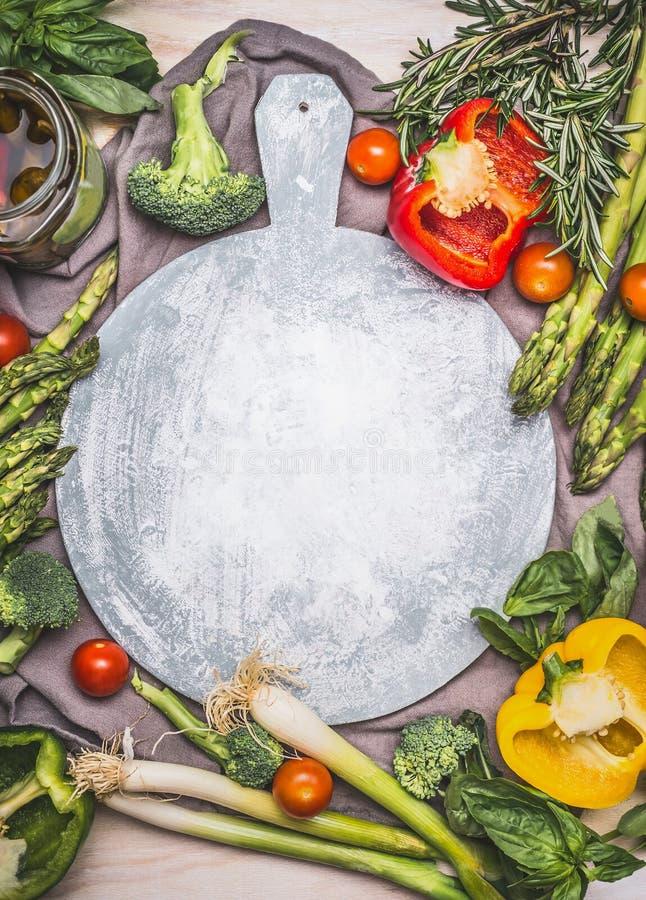 Asparago e varie verdure intorno al tagliere, vista superiore fotografia stock