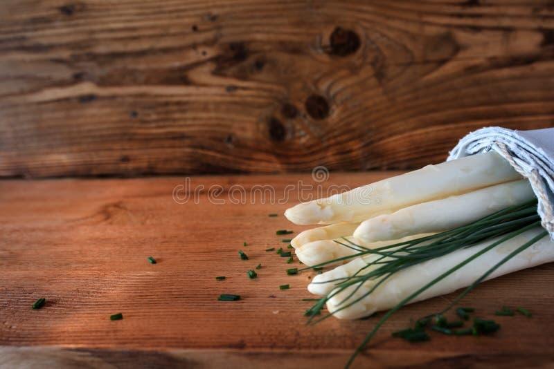 Asparago ed erba cipollina bianchi freschi fotografia stock libera da diritti