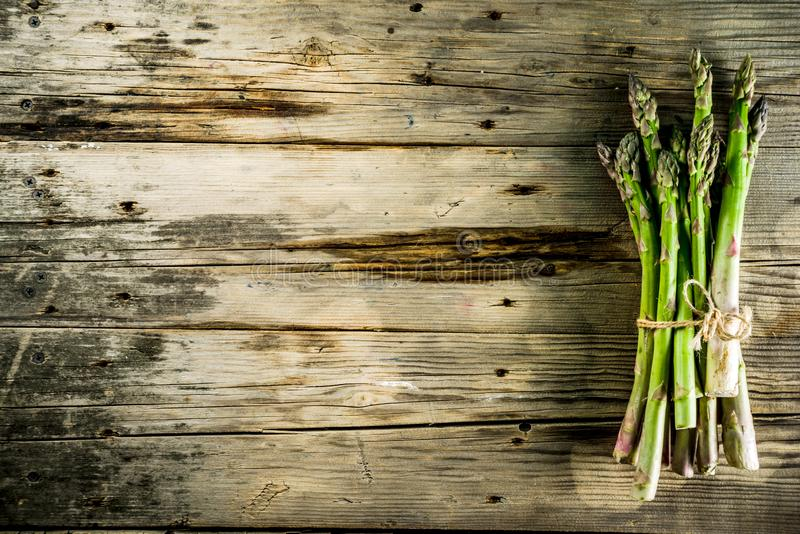 Asparago organico fresco dell'azienda agricola fotografia stock libera da diritti