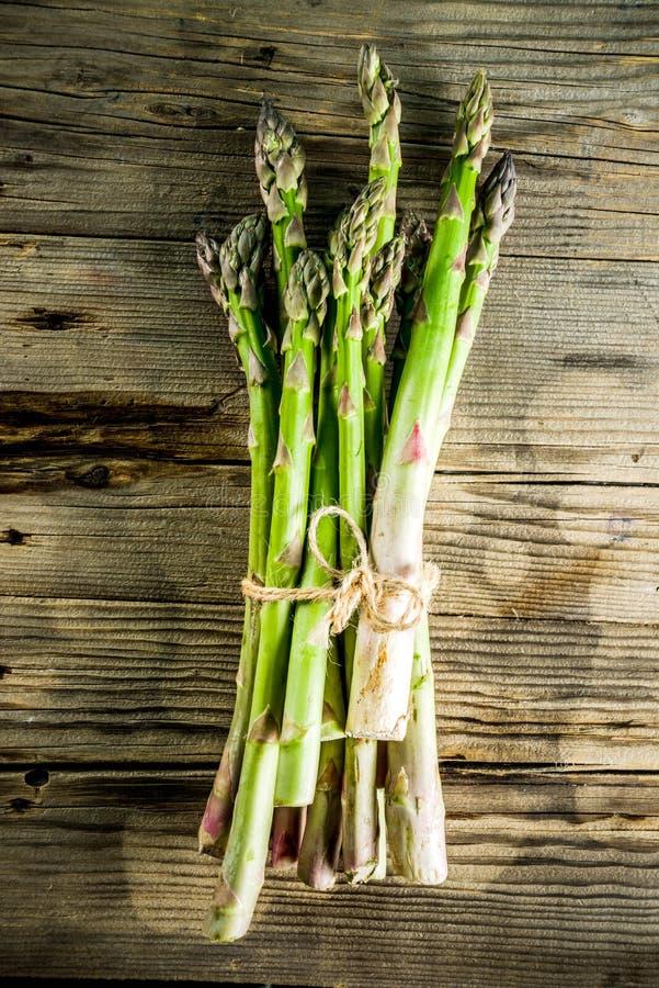Asparago organico fresco dell'azienda agricola immagine stock