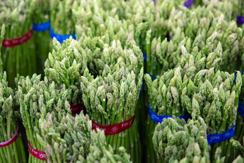 Asparago in pacchi: Asparago verde fresco Cibo sano al supermarke dell'agricoltore, coltivante il fuoco selettivo di concetto immagine stock libera da diritti