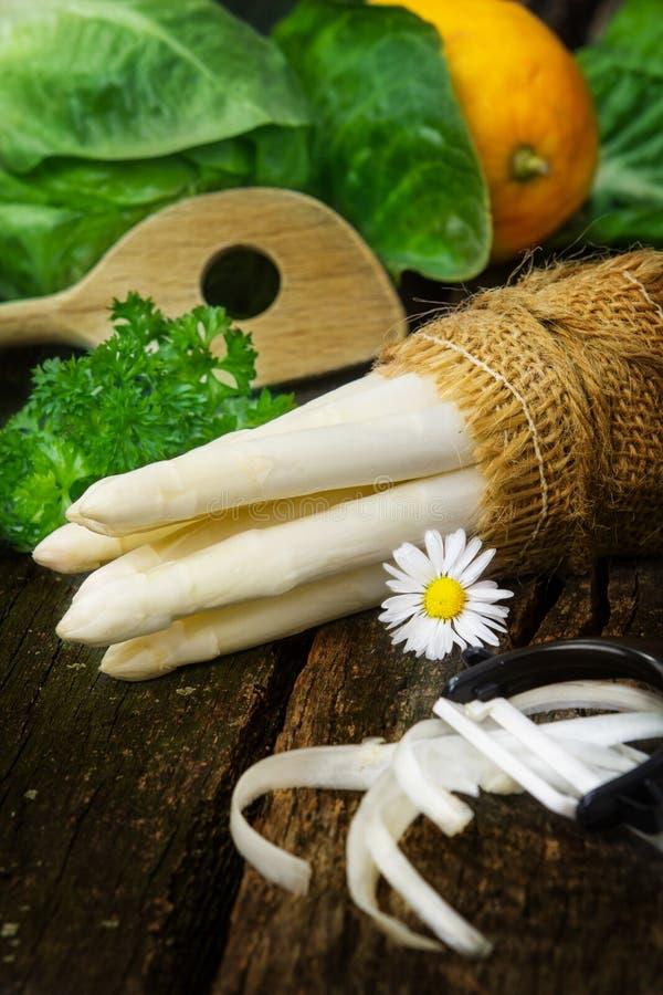 Asparago, sbucciatore dell'asparago immagine stock libera da diritti