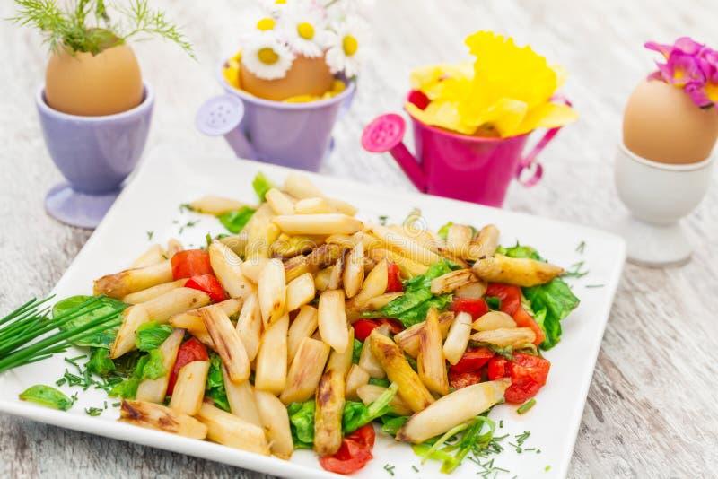 Asparago su insalata, easterfood immagini stock libere da diritti
