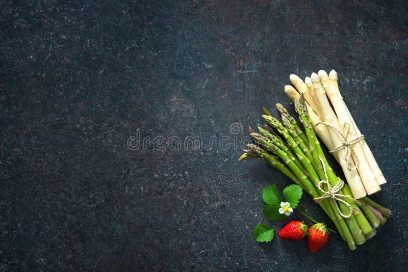 Asparago verde e bianco fresco fotografia stock libera da diritti