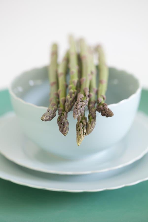 Asparago verde su una ciotola della porcellana fotografie stock