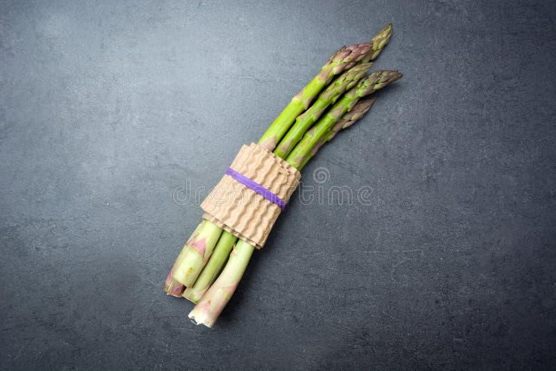 Asparagus na łupku stole obraz stock