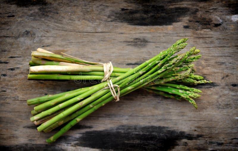 Asparagus na drewnianym tle zdjęcie royalty free