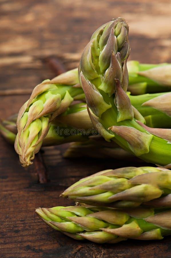 Asparagus na starym drewnianym tle fotografia stock