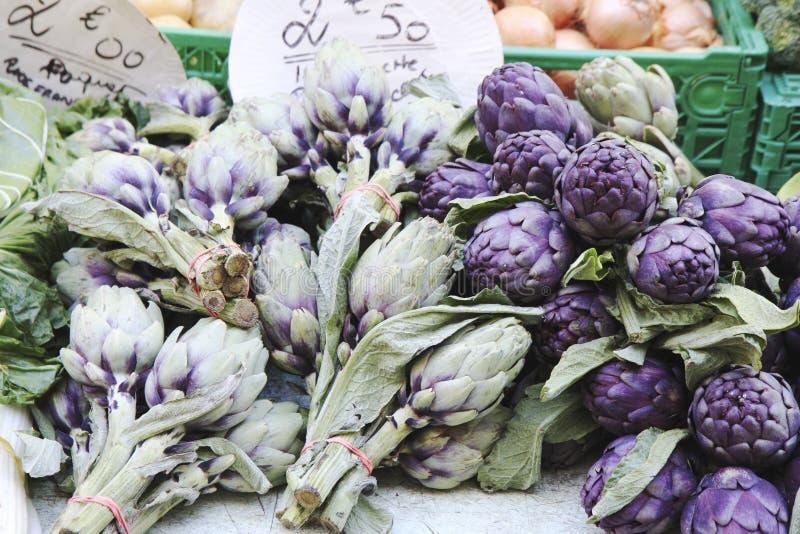 Asparagus sprzedaje na kontuarze mały rynek fotografia stock