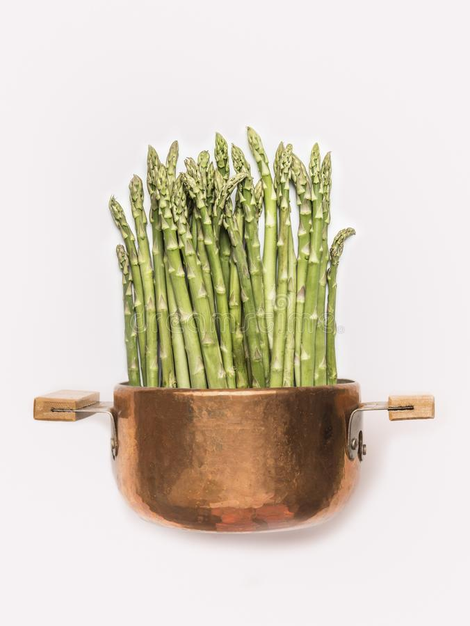 Asparagus w kucharstwo garnku na białym tle, frontowy widok zdrowe jedzenie wegetarianin fotografia stock