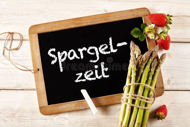 Asparagus w niemiec na chalkboard obok dzid obrazy stock