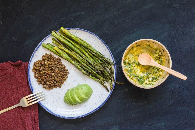 Asparagus z soczewicami i avocado zdjęcie stock