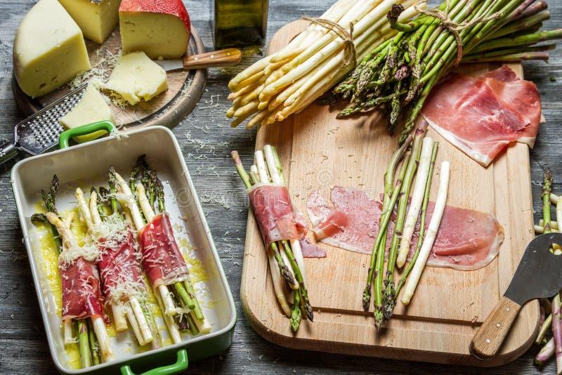 Asparagus zawijający w Parma baleronie z serem obrazy royalty free