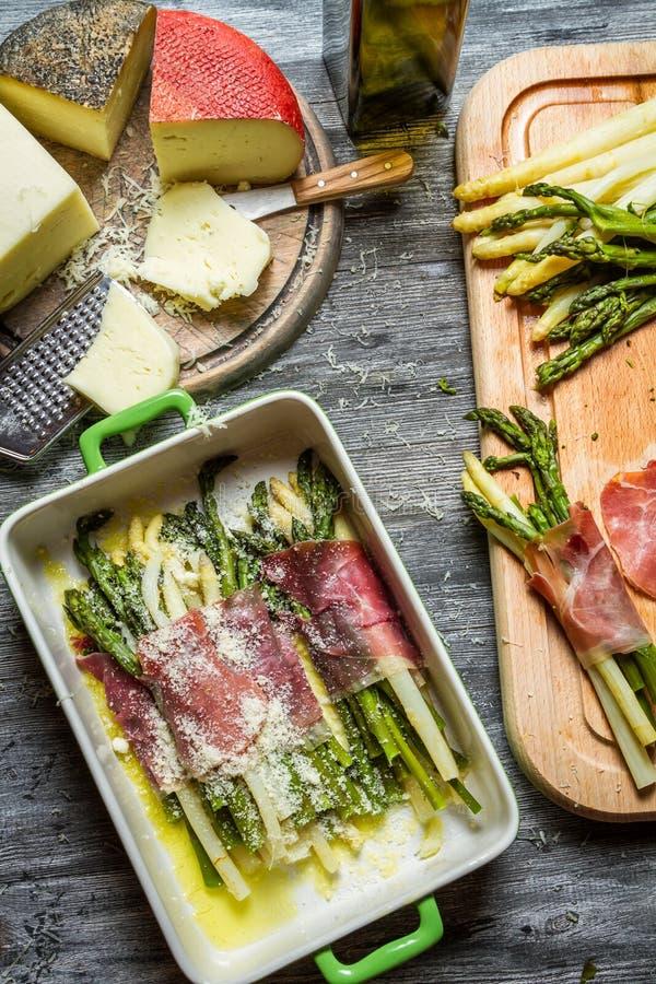 Asparagus zawijający w Parma baleronie z serem zdjęcia royalty free