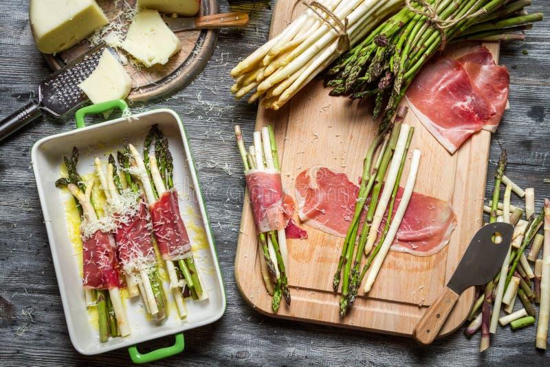 Asparagus zawijający w Parma baleronu potrawce obrazy stock