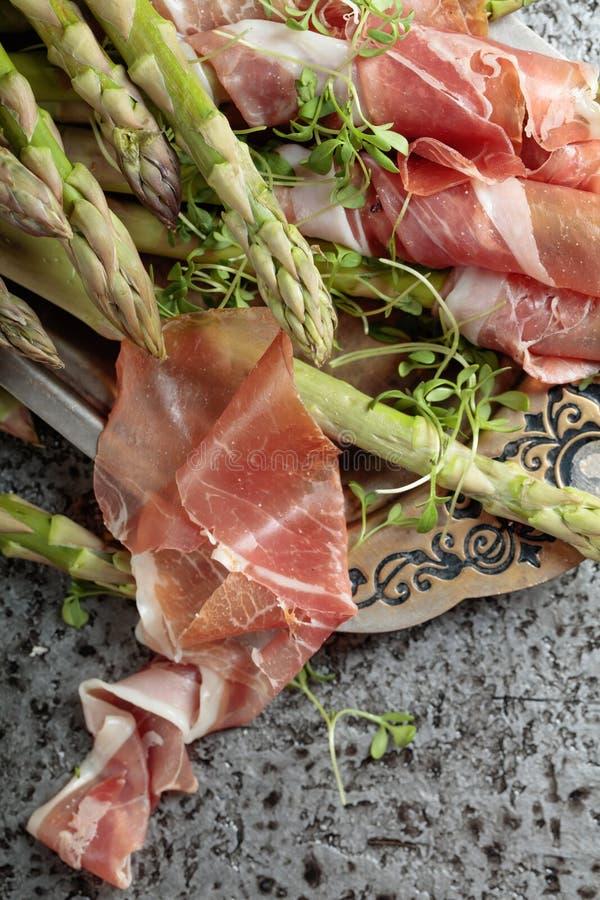 Asparagus zawijający w prosciutto z cress sałatką zdjęcie royalty free
