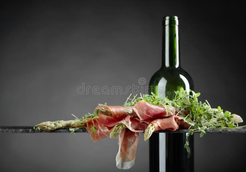 Asparagus zawijający w prosciutto z czerwonym winem obraz stock