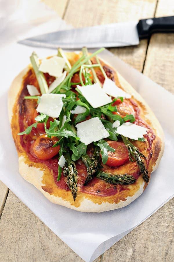 Jedzenie: Asparagusa, rakiety i czereśniowego pomidoru pizza z Parmezańskim, obraz royalty free